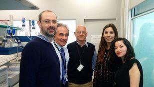 De izquierda a derecha, los investigadores Nicola Kielland, Fernando Albericio, Rodolfo Lavilla, Sara Preciado y Lorena Mendive Tapia.