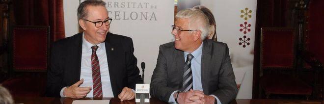 Dídac Ramírez, rector de la Universidad de Barcelona, y Robin Gravina, Head of Development de Cambridge English Language Assessment para España y Portugal, durane la firma del convenio