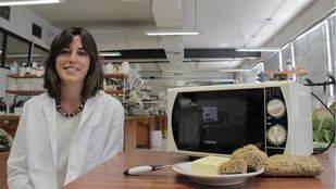 Una alumna de la UGR patenta un cuchillo para cortar la mantequilla, que puede calentarse en el microondas