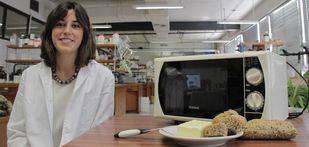 La inventora del cuchillo, Laura García Molina, en el laboratorio de Ingeniería Química de la Universidad de Granada (FOTO: UGRDIVULGA).