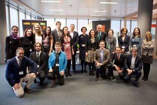 Foto de familia de los ganadores de la primera edición de Lánzate, junto a sus mentores y representantes de EOI y Orange