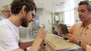 De izquierda a derecha: José Albelda, José Expósito y Antonio Silvestre, investigadores inventores del nuevo implante, en una de las fases de estudio previo.