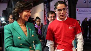 La presidenta de Banco Santander, Ana Botín, con un emprendedor durante la presentación de Santander X