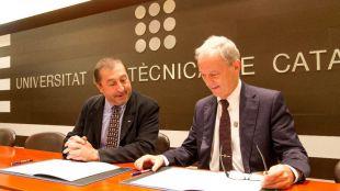 El rector de la UPC, Francisco Torres (a la izquierda) y César Molins, director general de AMES GROUP, firman el convenio de creación de la Cátedra.