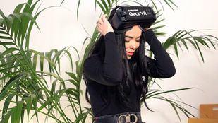 Beatriz Luengo probando las Gafas de Realidad Virtual de Samsung