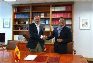 Lluís Pastor,  Presidente de la UNE (a la derecha de la imagen) y el director de la Agencia Estatal Boletín Oficial del Estado, Manuel Tuero