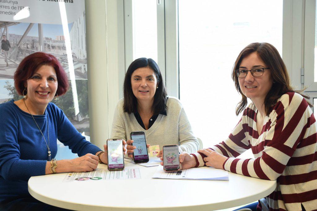 Pepi Pallarés, cuidadora; Nuria Albacar, coordinadora del proyecto, y Mónica Mulet, enfermera del CAP Baix Ebre, muestran la aplicación Cuidadoras cronicos.