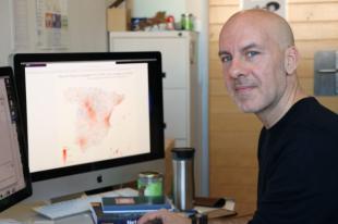 Alex Arenas, investigador del grupo de investigación Alephsys Lab de la URV, delante del modelo de predicción de riesgo.