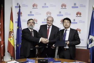 Don Carlos Conde Lázaro, Rector de la Universidad Politécnica de Madrid, y el Sr. Don Walter Ji, CEO de Huawei España en la firma del acuerdo del Primer Curso de LTE