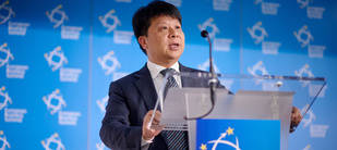 Guo Ping, CEO rotativo de Huawei durante su discurso en EBS